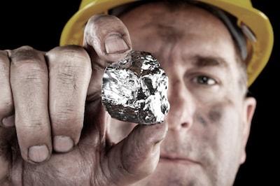 Gruvarbetare som håller i en silverklump